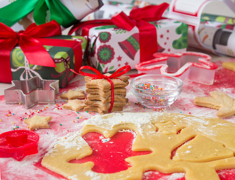 圣诞节礼物用自创姜饼曲奇饼 圣诞节熙来攘往概念 库存照片