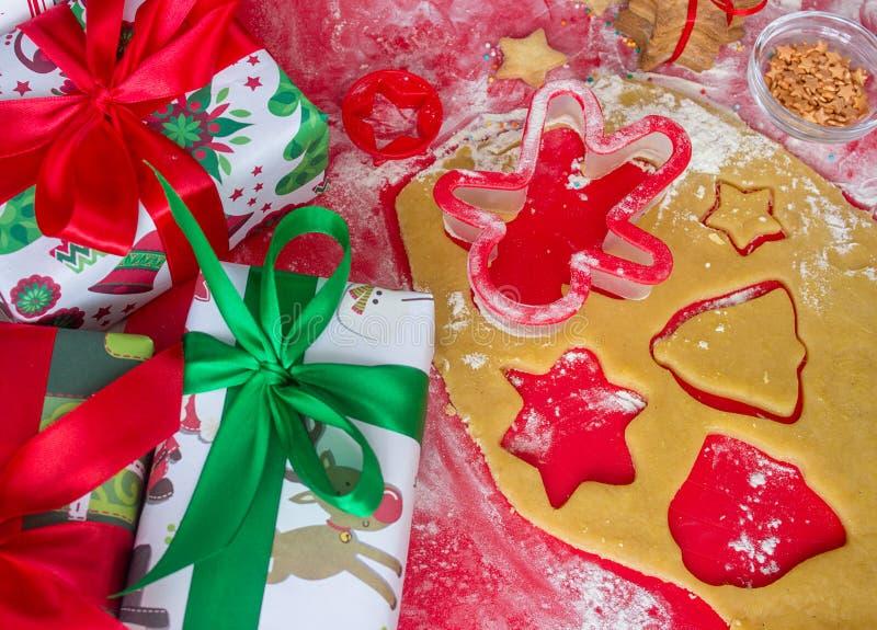 圣诞节礼物用自创姜饼曲奇饼 圣诞节熙来攘往概念 免版税图库摄影