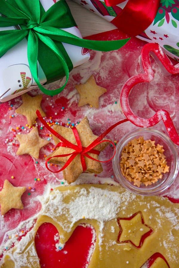圣诞节礼物用自创姜饼曲奇饼 圣诞节熙来攘往概念 免版税库存照片