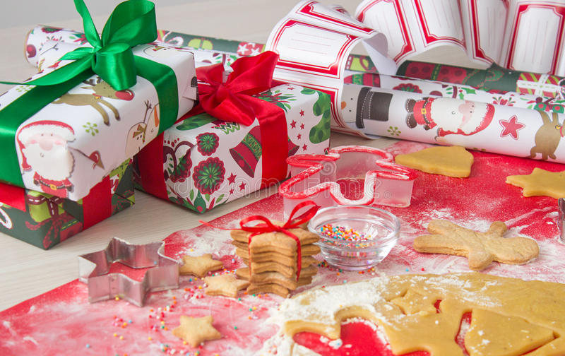 圣诞节礼物用自创姜饼曲奇饼 圣诞节熙来攘往概念 图库摄影