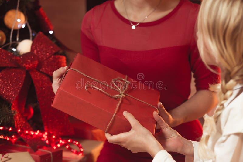 给圣诞节礼物的母亲 库存照片
