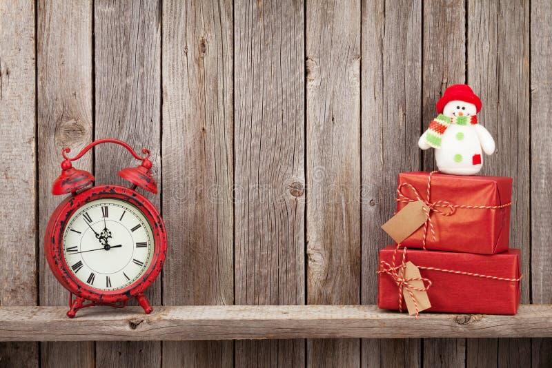 圣诞节礼物盒、雪人和闹钟 免版税库存照片