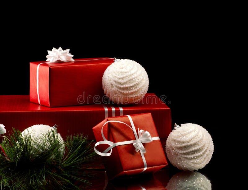 圣诞节礼物盒和球 免版税库存图片