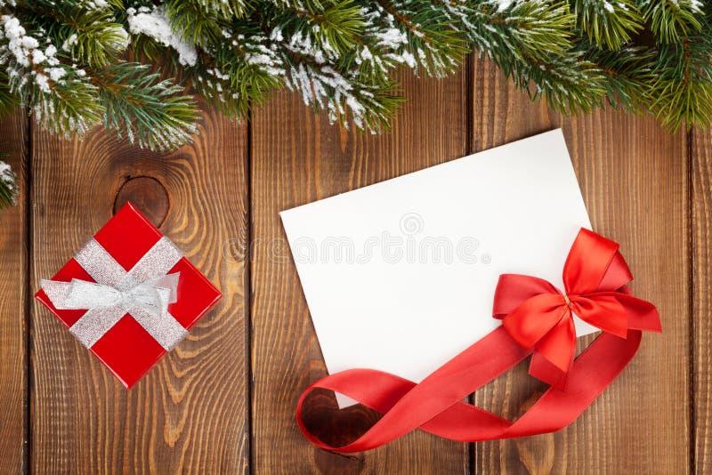 圣诞节礼物盒和空白的贺卡 免版税库存照片