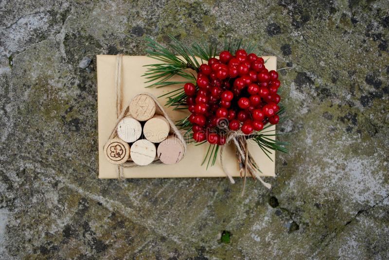 圣诞节礼物盒提出与杉树、鹿和xmas装饰的场面 免版税库存图片