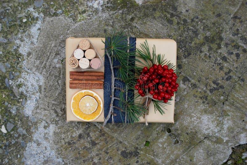 圣诞节礼物盒提出与杉树、鹿和xmas装饰的场面 库存图片
