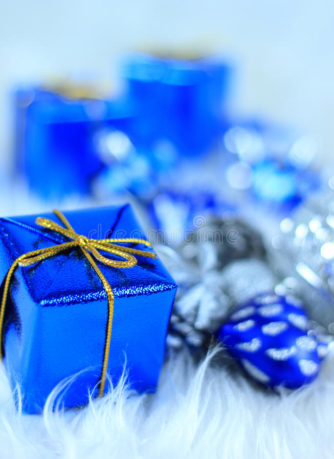 Download 圣诞节礼物盒 库存例证. 插画 包括有 查出, 魔术, 蓝色, 玻璃, 沐浴者, 存在, 例证, 帽子, 丝带 - 22350317