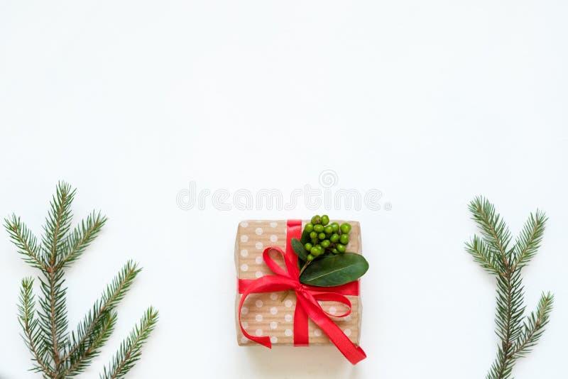 圣诞节礼物红色丝带礼物槲寄生装饰 免版税库存图片