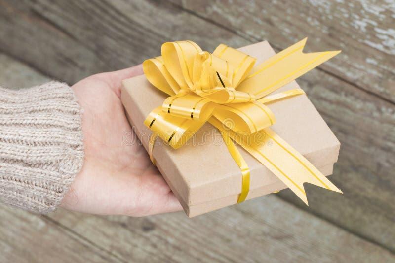圣诞节礼物背景 妇女` s手给被包裹的圣诞节 免版税库存图片