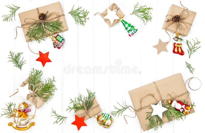 圣诞节礼物装饰明亮的木背景舱内甲板位置 库存图片