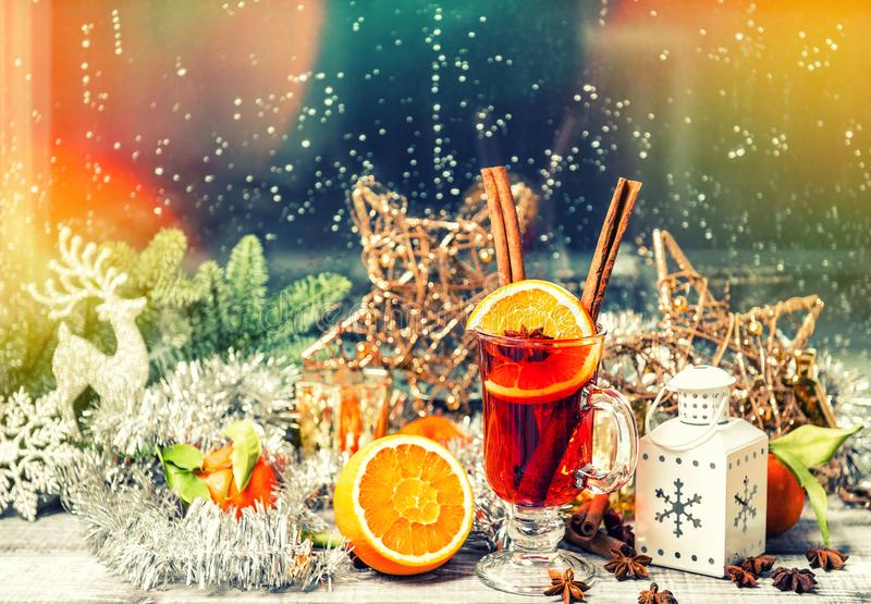 圣诞节窗口装饰加香料的热葡萄酒果子香料葡萄酒 免版税库存照片