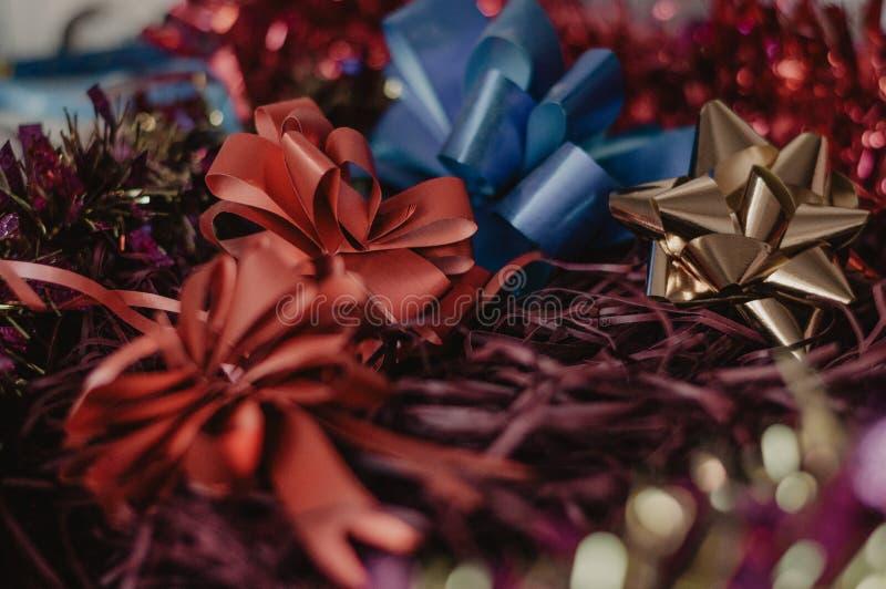 圣诞节红色和金黄弓 套假日提出装饰 免版税库存图片
