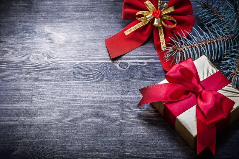圣诞节红色弓冷杉分支礼物盒假日 库存照片
