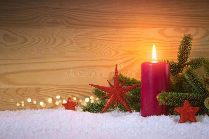 圣诞节红色装饰和出现蜡烛 袋子看板卡圣诞节霜klaus ・圣诞老人天空 库存照片