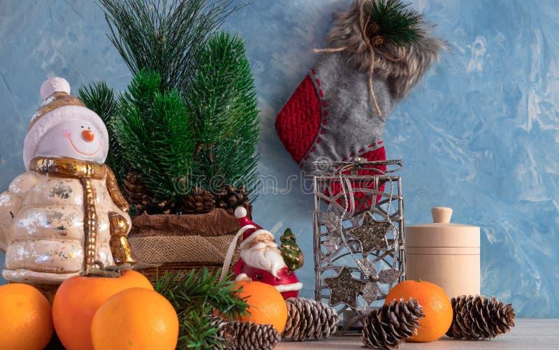 圣诞节结构的与圣诞树和雪人的圣诞节对象 新年` s装饰 与柿子的蜜桔 库存照片