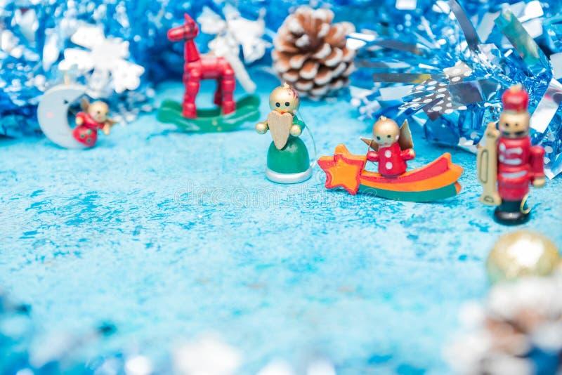圣诞节结构的与闪亮金属片的小圣诞节字符 艺术性的详细埃菲尔框架法国水平的金属巴黎仿造显示剪影塔视图的射击 拷贝救球 另外的卡片形式节假日 免版税库存图片