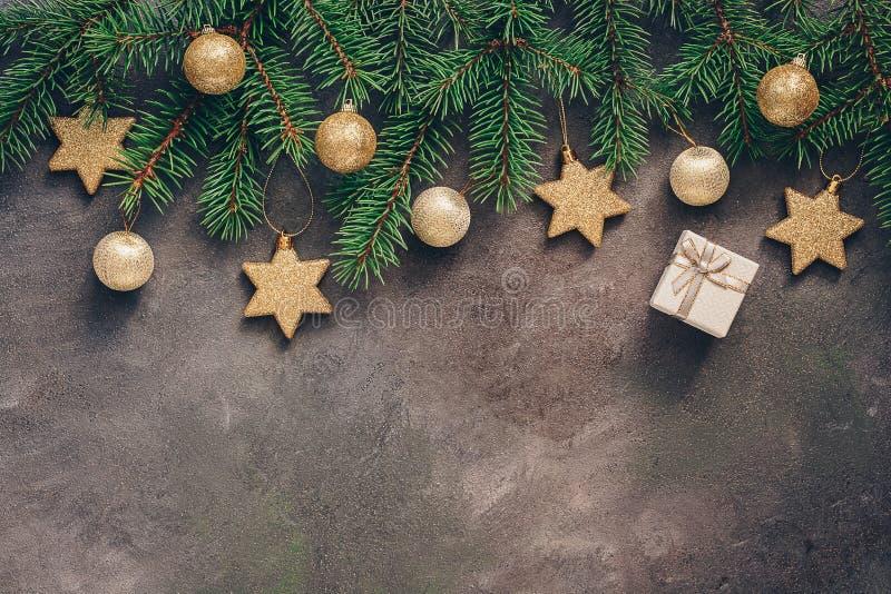 圣诞节美好的背景 用金星和球装饰的冷杉木分支在黑暗的织地不很细背景 r 免版税图库摄影