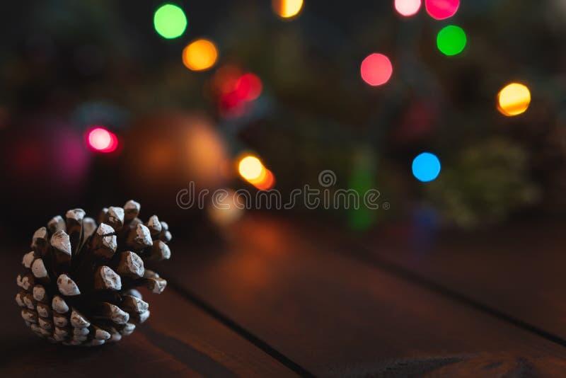 圣诞节背景与杉木锥体和在焦点光和装饰外面与室文本的 图库摄影
