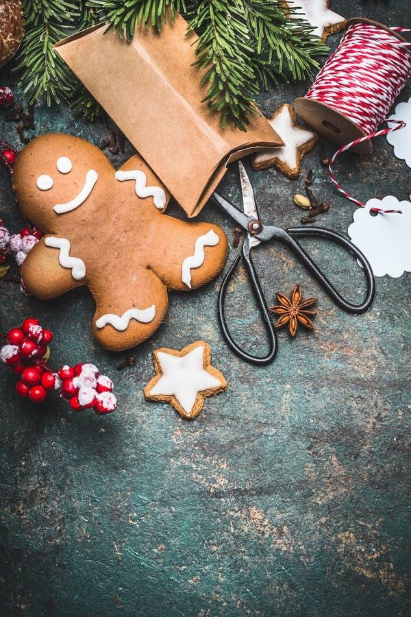 圣诞节背景用姜饼人曲奇饼,欢乐礼物boxen和剪刀,顶视图 免版税库存照片