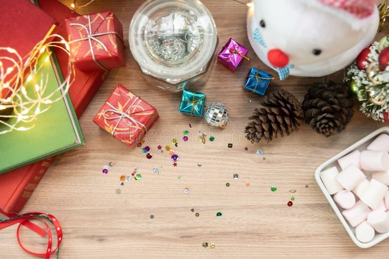 圣诞节背景顶视图与雪人的,红色礼物或prese 免版税库存照片