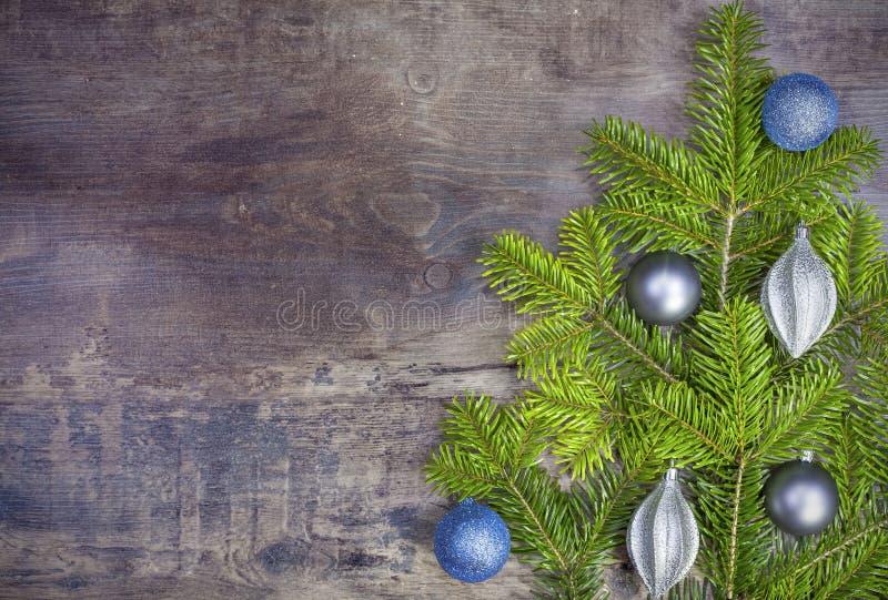 圣诞节背景,在一个土气木板的装饰 免版税库存照片