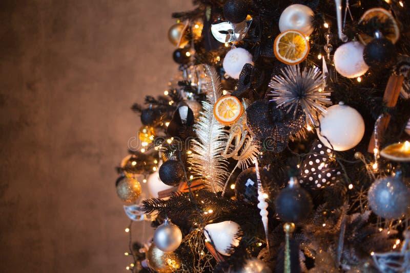 圣诞节背景,时髦的圣诞树黑和金子颜色 软的图象 库存照片
