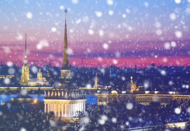 圣诞节背景:圣彼得堡冬天晚上 免版税图库摄影