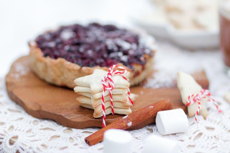 圣诞节自创莓果饼和曲奇饼甜点 免版税库存照片