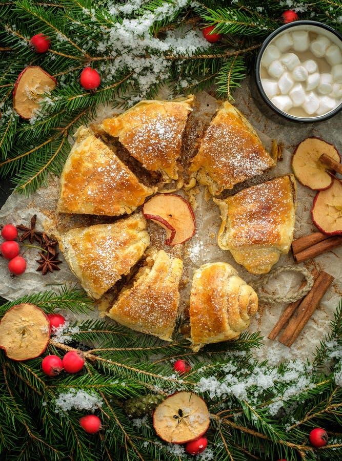 圣诞节自创酥皮点心 苹果果馅奶酪卷饼搽粉的糖wi 免版税库存照片