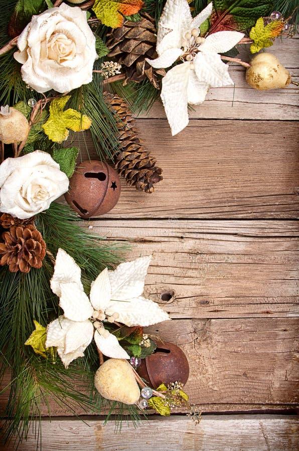 圣诞节花和在木头的杉木分行 免版税库存图片