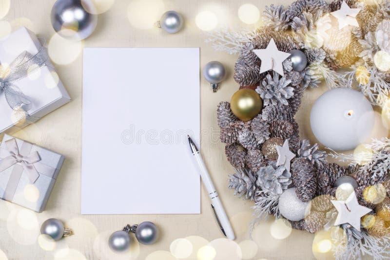 圣诞节花圈、笔记本和礼物 免版税库存图片