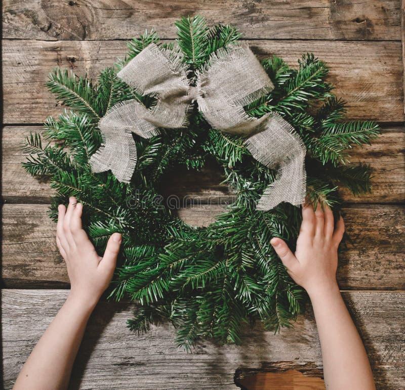 圣诞节花圈冷杉分支装饰了丝带鞠躬 免版税图库摄影