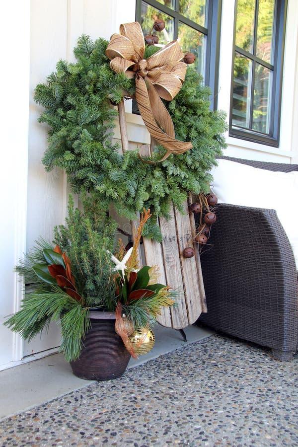 圣诞节花圈和雪撬 免版税库存图片