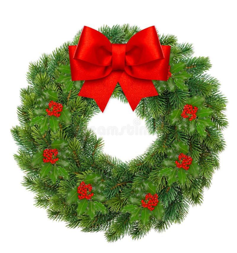 圣诞节花圈用霍莉莓果和红色丝带鞠躬 免版税库存图片