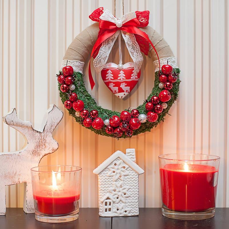 圣诞节花圈装饰用红色莓果和红色丝带弓 免版税库存图片