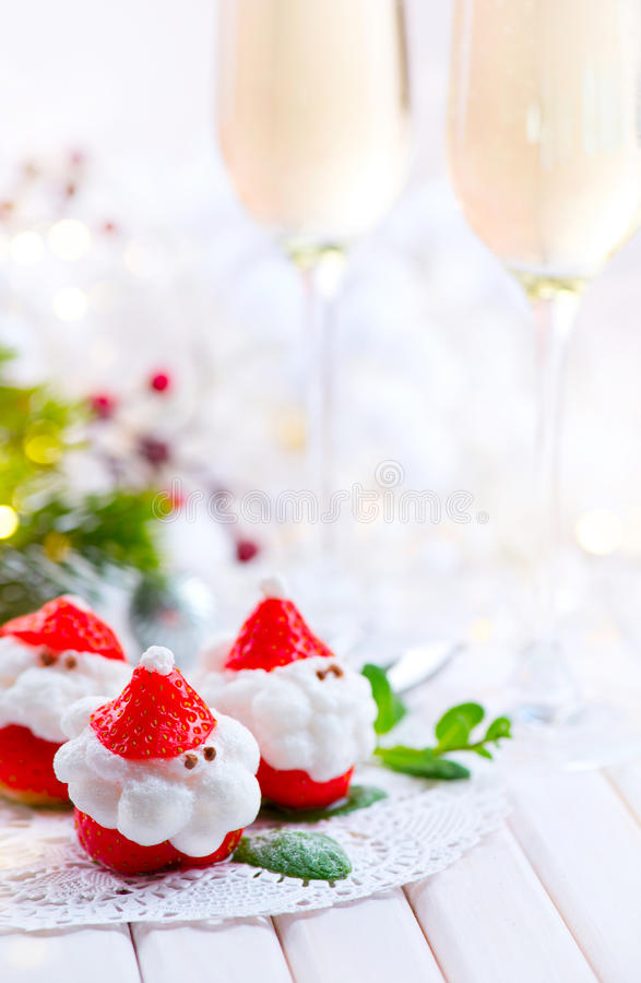 圣诞节草莓圣诞老人 用打好的奶油充塞的滑稽的点心 库存图片