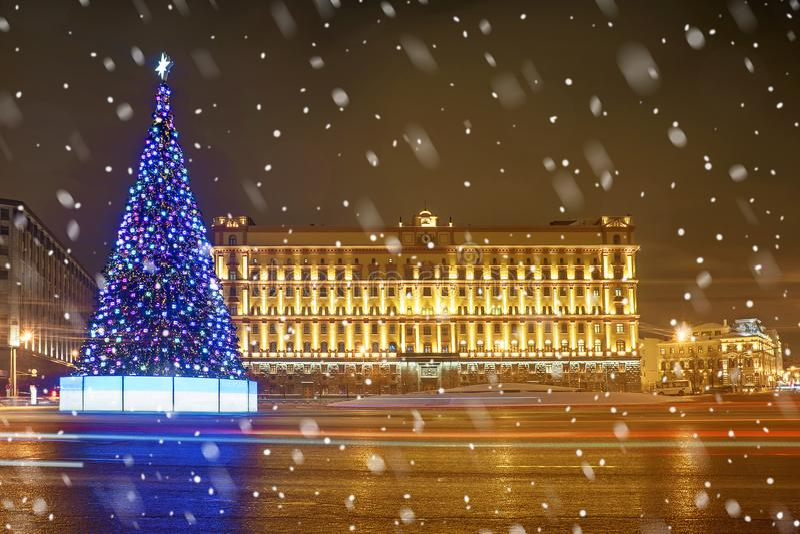圣诞节莫斯科 在卢比扬卡广场的圣诞树在莫斯科 免版税库存图片