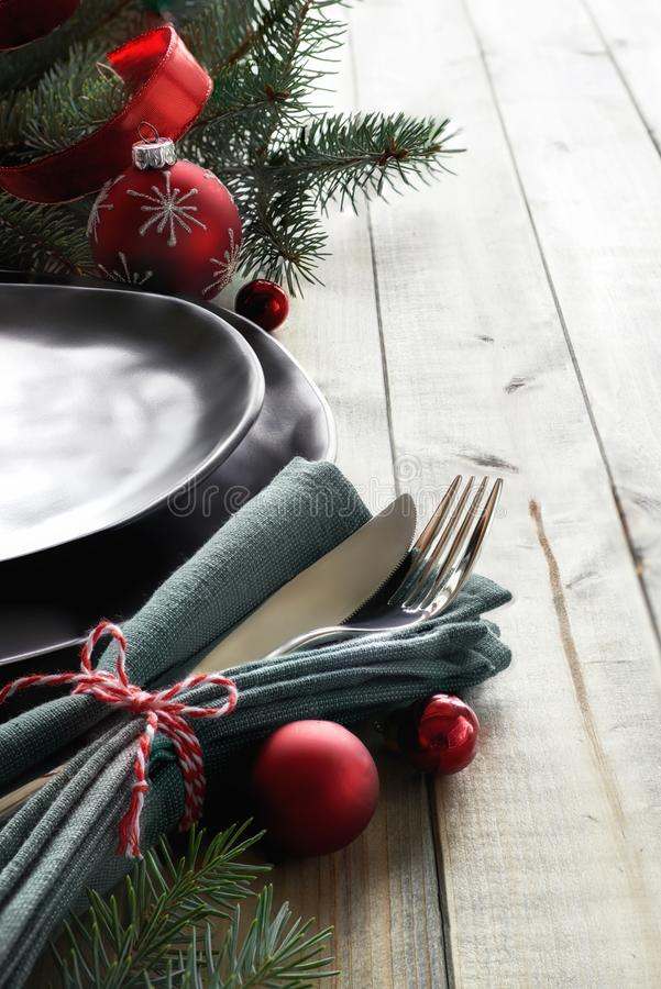 圣诞节菜单概念:黑色的盘子和利器有红色基督的 库存照片