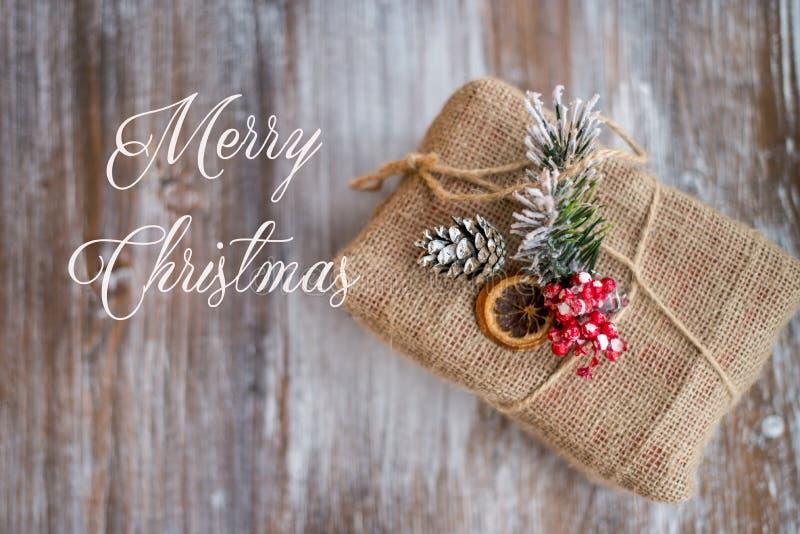 圣诞节葡萄酒卡片 题字圣诞快乐 在葡萄酒木背景的圣诞节礼物 顶视图,平的位置,拷贝温泉 库存图片