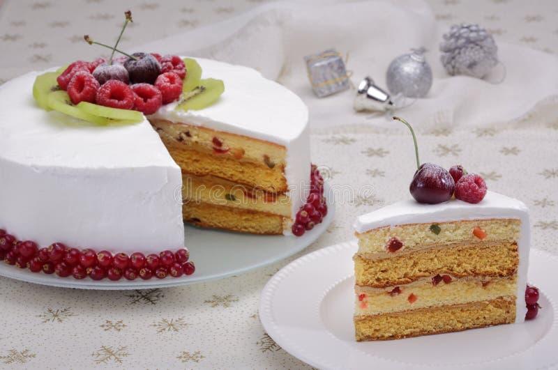 圣诞节蛋糕用莓果 免版税库存图片