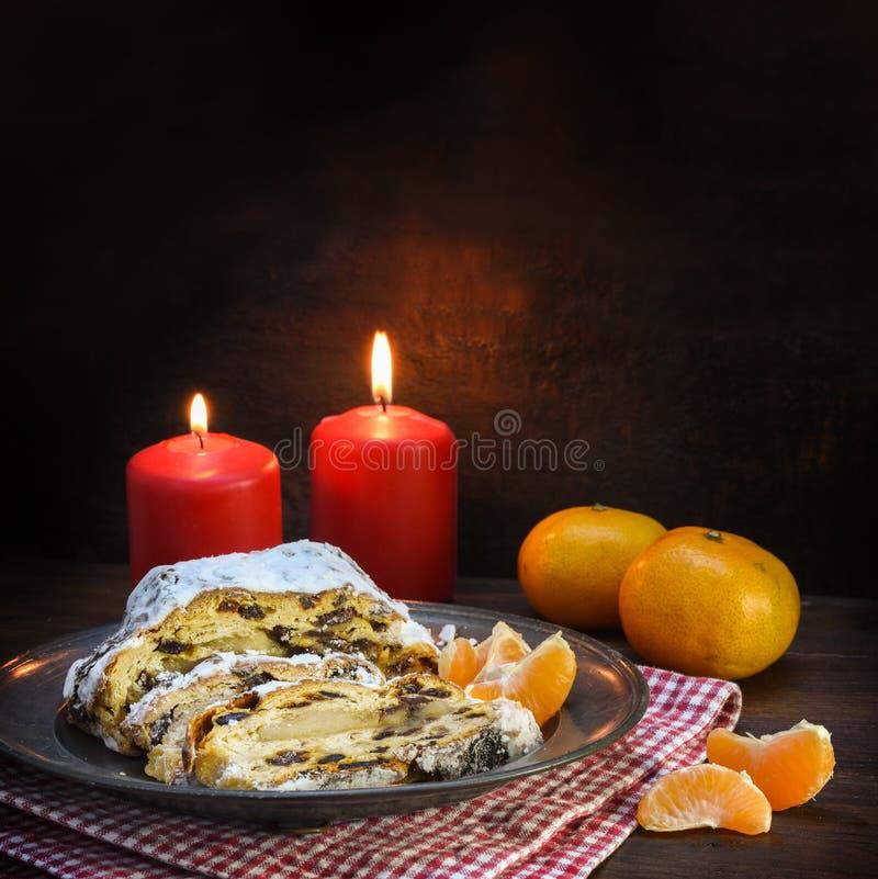 圣诞节蛋糕,德语christstollen用葡萄干和小杏仁饼i 免版税库存照片