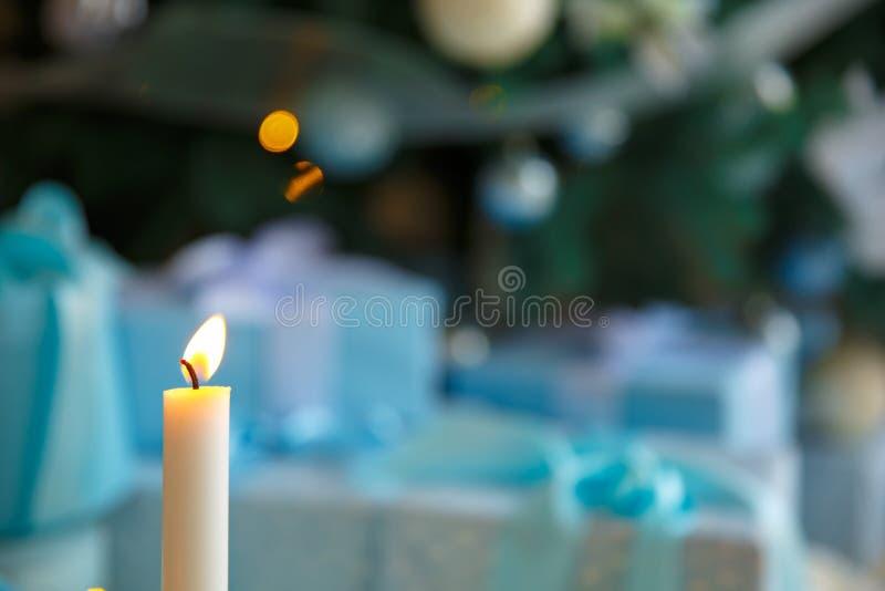 圣诞节蜡烛和光 预言蜡烛 在bokeh背景的装饰 免版税库存图片