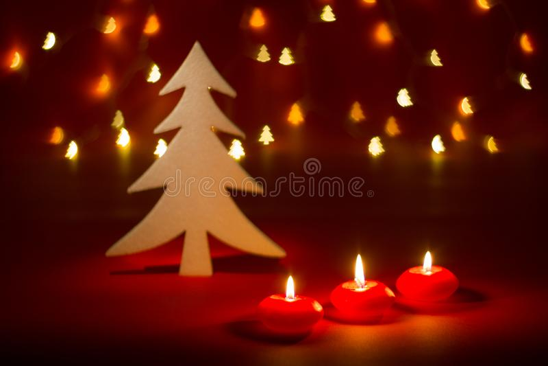 圣诞节蜡烛和装饰品在黑暗的背景与形状的bokeh光 免版税库存图片