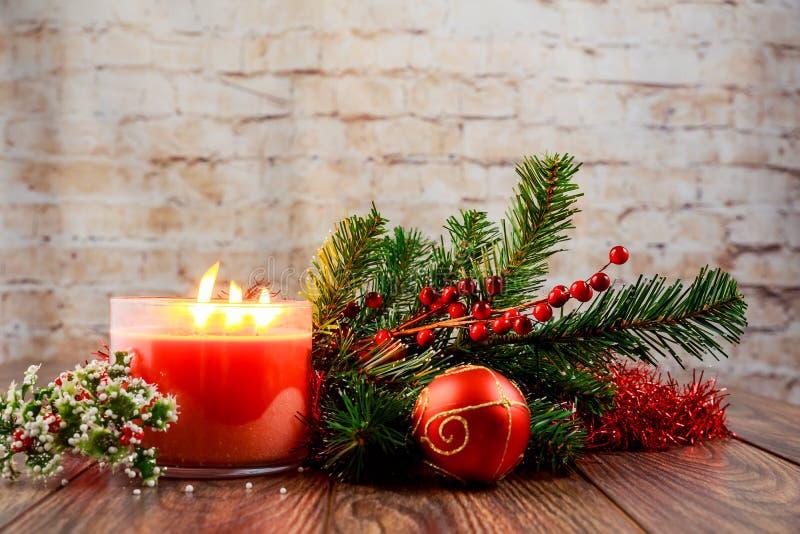 圣诞节蜡烛和装饰在白色木桌上与拷贝空间 库存图片