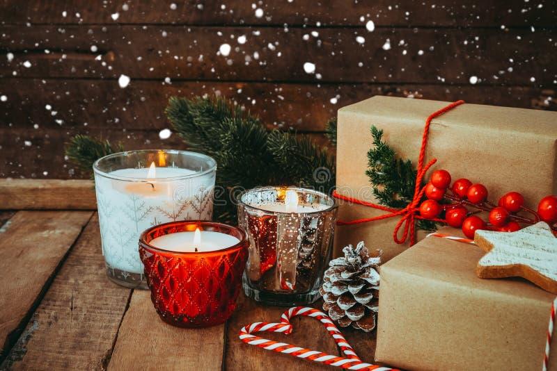 圣诞节蜡烛在晚上在圣诞快乐和新年假日 免版税库存图片