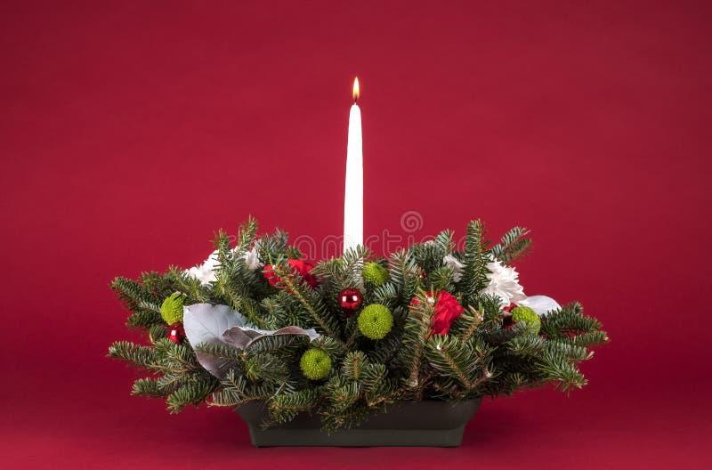 圣诞节表安排或焦点与花、常青分支和白色升蜡烛 免版税库存照片