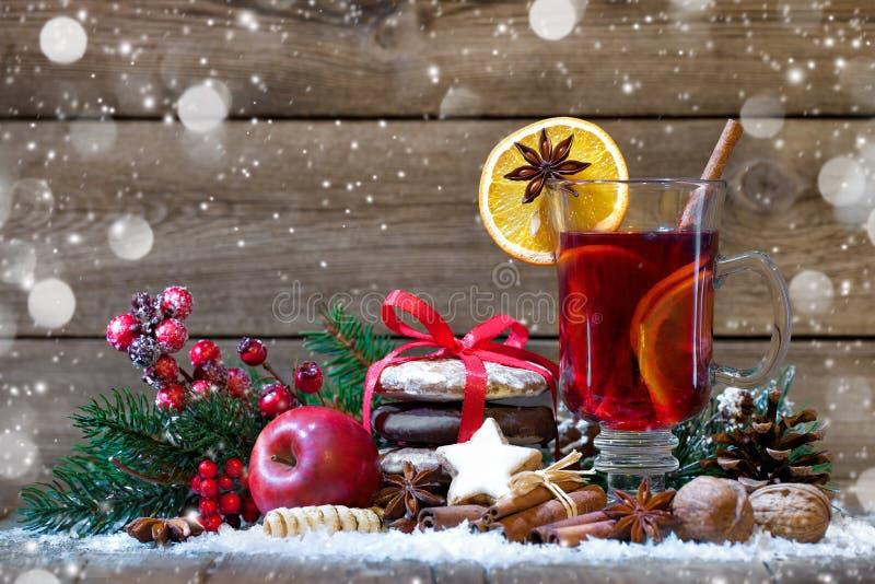 圣诞节被仔细考虑的酒 库存图片