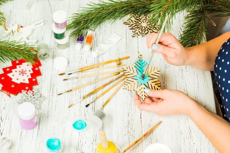 圣诞节装饰、球、玩具和礼物盒在老木头 库存照片