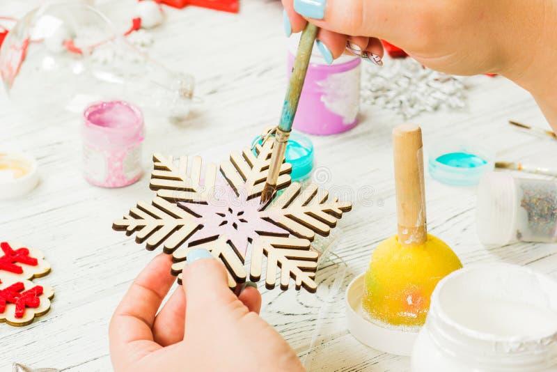 圣诞节装饰、球、玩具和礼物盒在老木头 免版税库存图片
