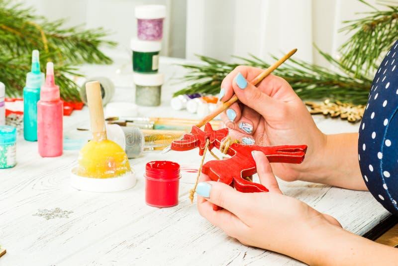 圣诞节装饰、球、玩具和礼物盒在老木头 免版税图库摄影
